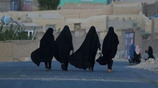 Taliban: Güçlerimiz kadınlarla nasıl konuşulacağını bilmiyor, geçici bir süre evde kalın