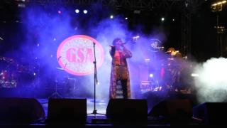 İzmir +1 Fest Sahnesi Gaye Su Akyol'u ağırladı