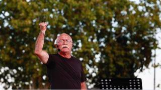 Sanatçı Orhan Aydın'a oturduğu kafede saldırı düzenlendi